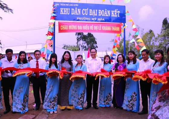 Chủ tịch Trung ương MTTQ Việt Nam tặng quà và hỗ trợ nhà cho người nghèo ở An Giang ảnh 1