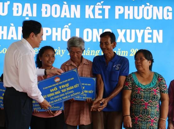 Chủ tịch Trung ương MTTQ Việt Nam tặng quà và hỗ trợ nhà cho người nghèo ở An Giang ảnh 2