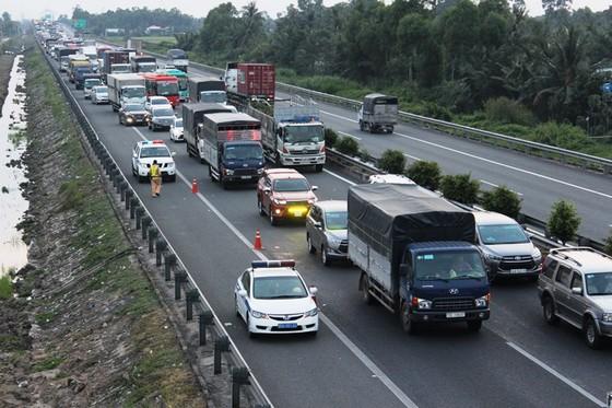 5 ô tô đụng liên hoàn trên cao tốc Trung Lương- TPHCM ảnh 1
