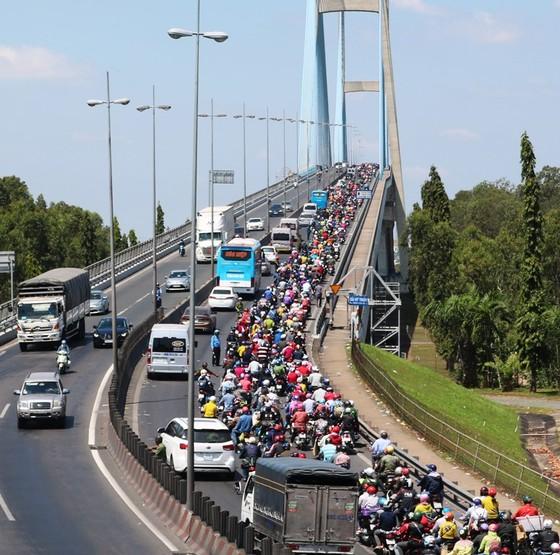 Người dân từ miền Tây đổ về TPHCM sau tết, quốc lộ 1A kẹt xe kinh hoàng hàng km ảnh 18