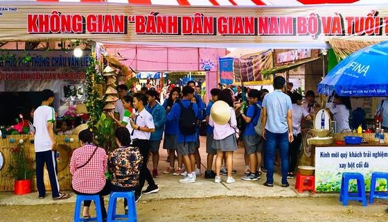 Hàng ngàn người đến thưởng thức Bánh dân gian Nam bộ ảnh 2