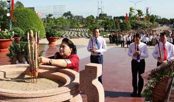 Chủ tịch Quốc hội Nguyễn Thị Kim Ngân dự lễ trao bằng Tổ quốc ghi công  ảnh 2