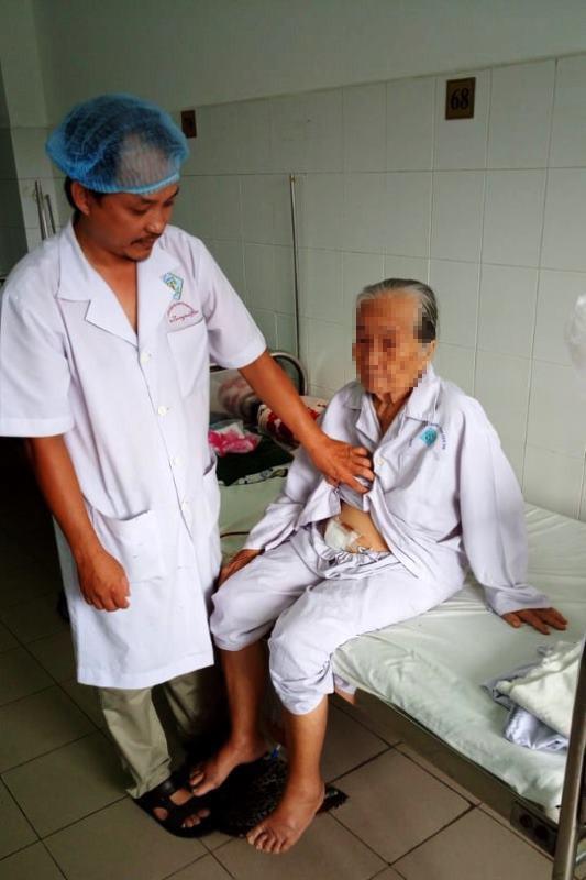 Phẫu thuật thành công cho bà cụ 84 tuổi bị sỏi bàng quang, hiếm gặp ảnh 1
