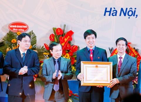 Đoàn Thanh niên ĐHQGHN nhận Huân chương LĐ hạng Nhì ảnh 1