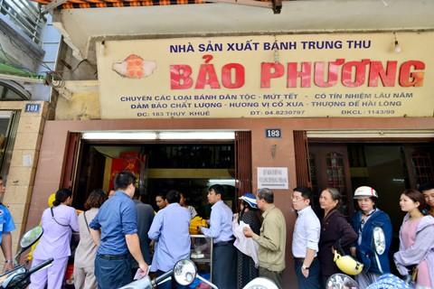 Hà Nội: Người dân xếp hàng mua bánh trung thu ảnh 1