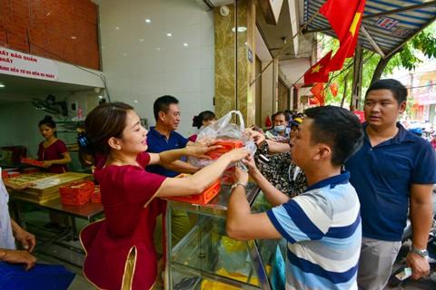 Hà Nội: Người dân xếp hàng mua bánh trung thu ảnh 3