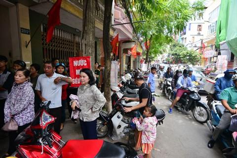 Hà Nội: Người dân xếp hàng mua bánh trung thu ảnh 2