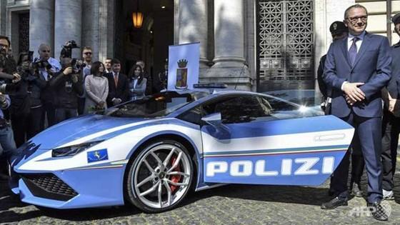 Cảnh sát xài siêu xe ảnh 1