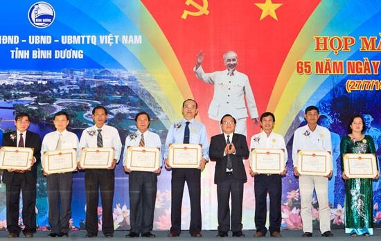 Tôn Đông Á nhận bằng khen tỉnh Bình Dương ảnh 1