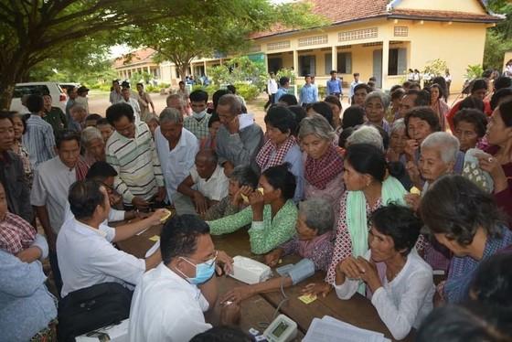 Đoàn y bác sĩ TPHCM khám chữa bệnh và phát thuốc miễn phí cho người dân Campuchia ảnh 1