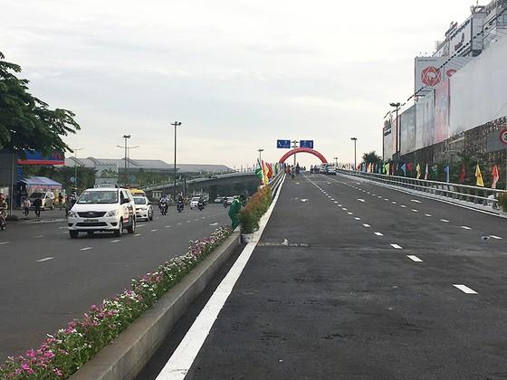 Thông xe, đưa vào sử dụng toàn bộ cầu vượt thép vòng xoay Nguyễn Kiệm ảnh 1