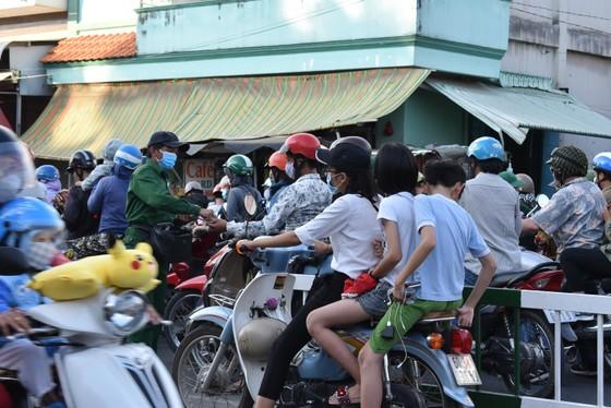 Người dân tấp nập về lại thành phố sau kỳ nghỉ lễ ảnh 3
