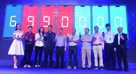"""Huawei Nova 3e """"tai thỏ"""" giá 6.990.000 đồng ảnh 1"""