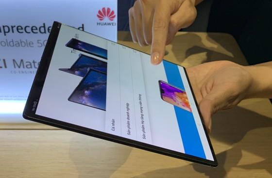Chỉ có thể nhìn chứ không thể chạm tay vào Huawei Mate X ảnh 1