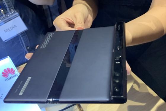 Chỉ có thể nhìn chứ không thể chạm tay vào Huawei Mate X ảnh 2