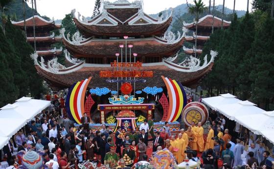 Dòng người đổ về khai hội chùa Hương ảnh 1