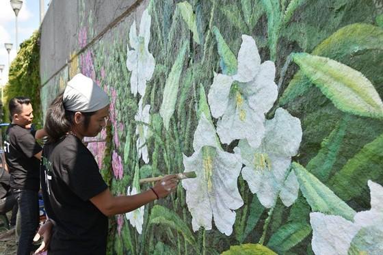 Bức tranh tường khổng lồ của họa sĩ Việt Nam xuất hiện trên sông Seine ảnh 2