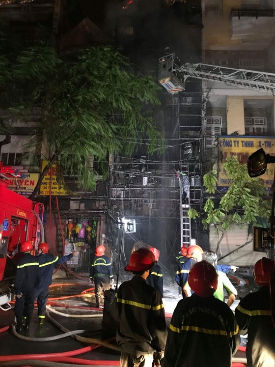 Nhà 5 tầng ở phố lồng đèn quận 5 bị cháy rụi trong đêm  ảnh 4