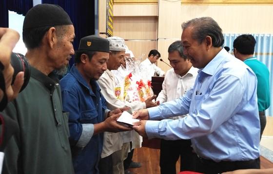 Phó Thủ tướng Thường trực Chính phủ Trương Hòa Bình tặng quà tết đồng bào dân tộc tại TPHCM ảnh 1
