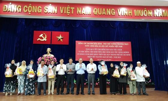 Phó Thủ tướng Thường trực Chính phủ Trương Hòa Bình tặng quà tết đồng bào dân tộc tại TPHCM ảnh 2
