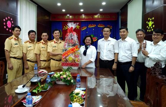Lãnh đạo TPHCM thăm, tặng quà tết lực lượng cảnh sát giao thông ảnh 1