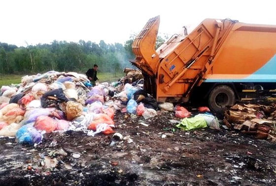Lấy mẫu  kiểm tra chất thải nguy hại do xe tải đổ lén ở Bình Chánh ảnh 1