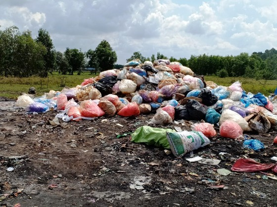 Lấy mẫu  kiểm tra chất thải nguy hại do xe tải đổ lén ở Bình Chánh ảnh 2