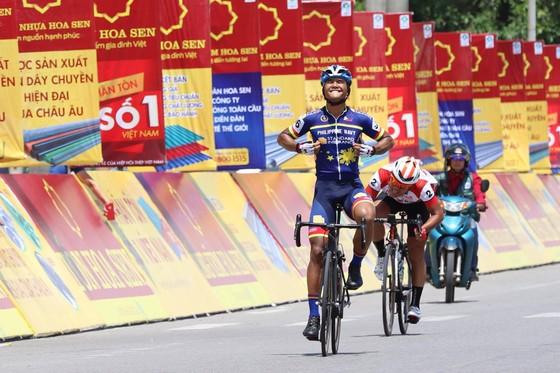 Dù chỉ về nhì, tay đua Lê Văn Duẩn vẫn mặc áo vàng, áo xanh. Ảnh: HOÀNG HÙNG