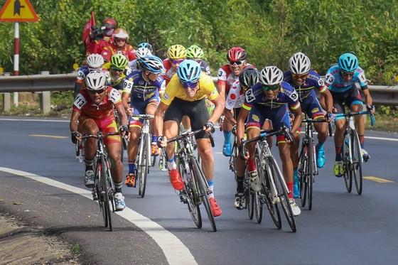 Áo vàng  Loic (Bike Life VDC) đang làm đầu kéo ở tốp sau. Ảnh: HOÀNG HÙNG