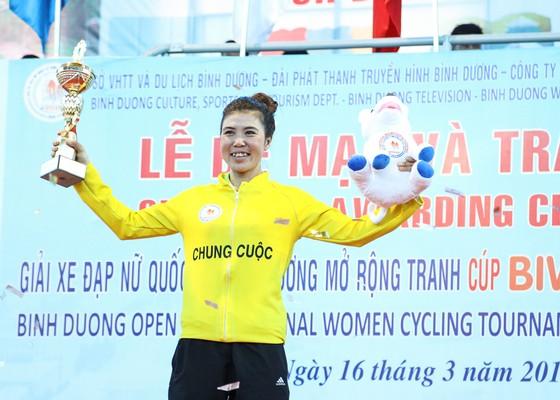 Nguyễn Thị Thi vui mừng trên bục nhận thưởng.