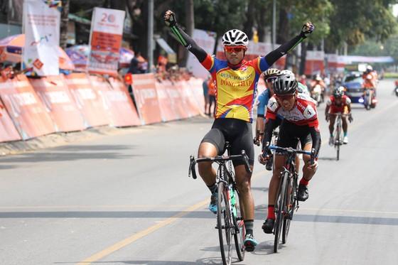 Nguyễn Tấn Hoài một lần nữa ăn mừng chiến thắng tặng con gái. Ảnh; HOÀNG HÙNG