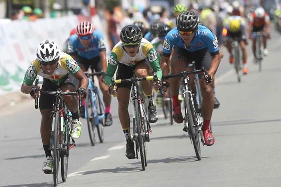 Các tay đua Bike Life Đồng Nai (áo xanh) đang có ưu thế trên đường đua.