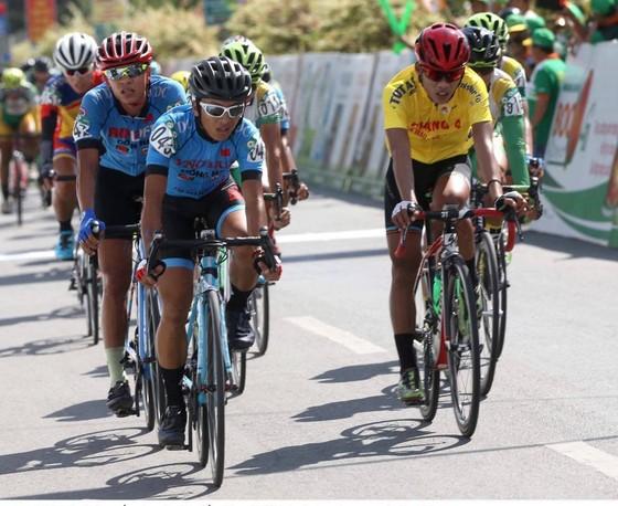 Chiếc áo vàng Quách Tiến Dũng trong vòng vây của các tay đua Bike Life Đồng Nai.