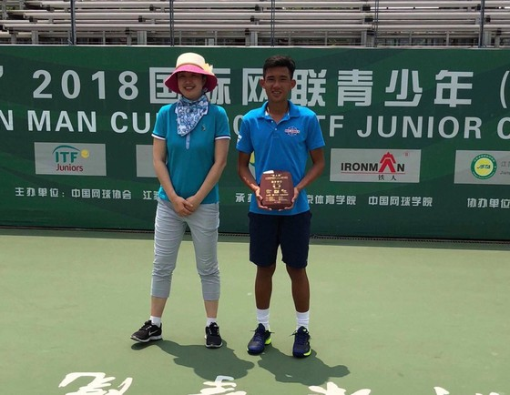 Nguyễn Văn Phương nhận cúp vô địch