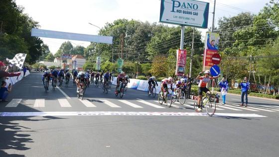Giải xe đạp Nam Kỳ Khởi Nghĩa 2018: Lê Nguyệt Minh dễ dàng thắng chặng ảnh 1
