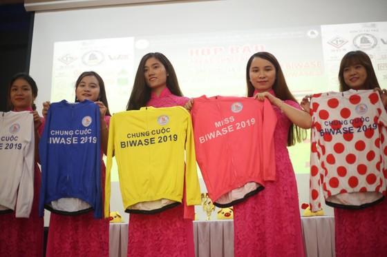 BTC giới thiệu các mẫu áo danh giá của giải.