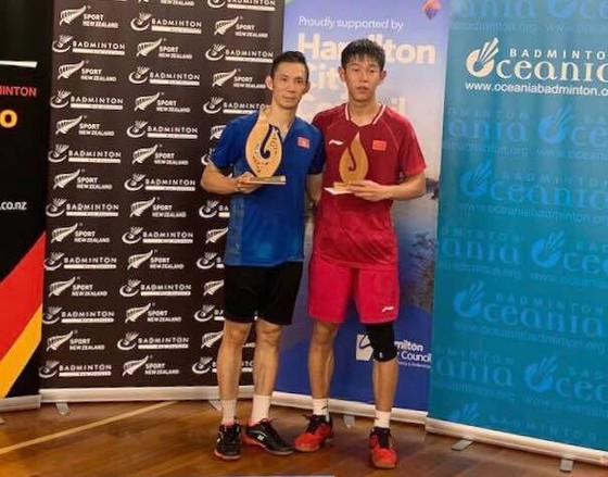Nguyễn Tiến MInh (trái) với phần thưởng vô địch.