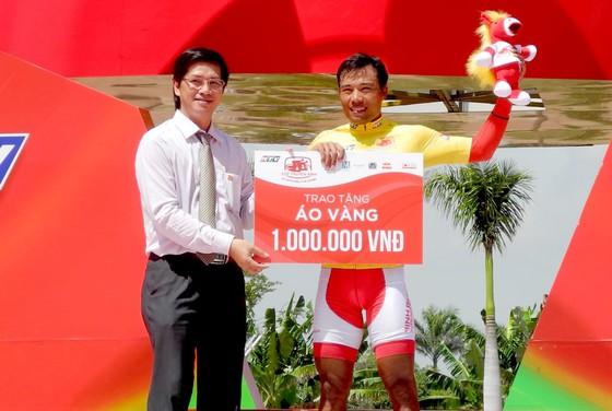 """Cúp xe đạp Truyền hình: Nhờ đồng đội, Nguyễn Trường Tài lập tức """"xé"""" áo vàng ảnh 2"""