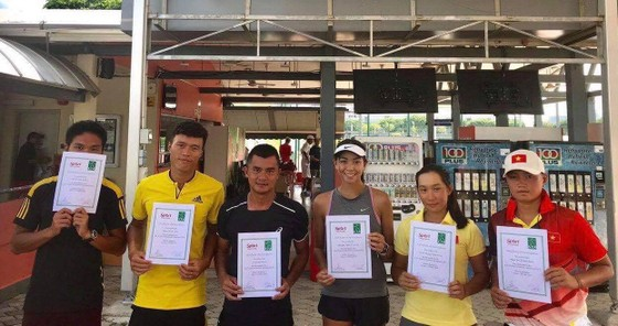 Đội tuyển quần vợt Việt Nam nhận giấy chứng nhận hạng nhì.
