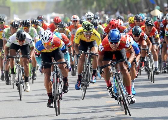 Giải xe đạp Về Nông Thôn: Nguyễn Văn Bình tái chiếm áo xanh ảnh 3