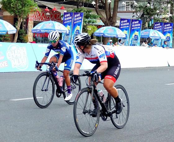Cuộc đua xe đạp nữ Truyền hình An Giang 2019: Á quân SEA Games Som Net bứt phá chặng đầu ảnh 1