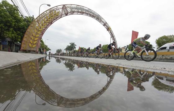 Giải xe đạp quốc tế VTV Cúp: Ép xe phạm luật, tay đua Hàn Quốc mất áo vàng lẫn áo xanh ảnh 1