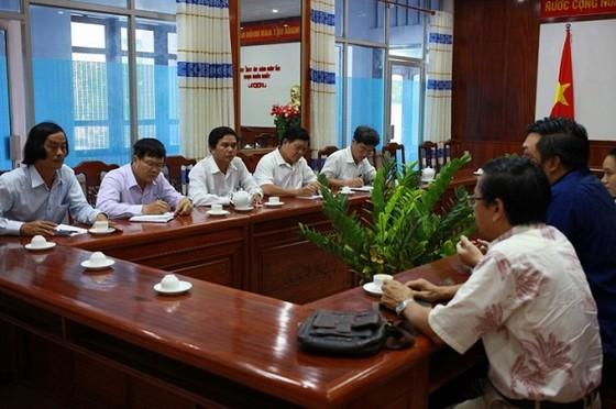 Buổi gặp giữa đại diện công ty VPF (bên phải) và lãnh đạo Sở VH-TT, Trung tâm TDTT tỉnh Bình Định. Ảnh: CAO TƯỜNG