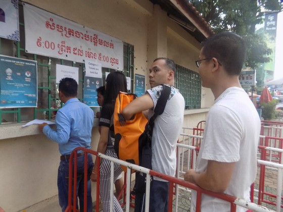 Khán giả Campuchia xếp hàng mua vé trong trật tự