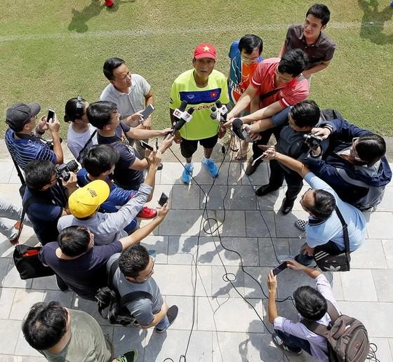 HLV Mai Đức Chung trong một lần trao đổi cùng giới truyền thông. (ảnh: MINH HOÀNG)