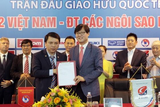 TTK VFF Lê Hoài Anh chụp ảnh lưu niềm cùng đại diện LĐBĐ Hàn Quốc. Ảnh: MINH HOÀNG