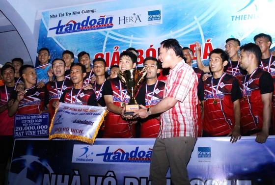 Chủ tịch LĐBĐ TPHCM, ông Trần Anh Tú trao Cúp vô địch cho đội Hưng Dũng FC