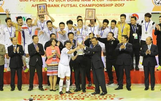 Đội Thái Lan với chiếc Cúp vô địch lần thứ 13. Ảnh: DŨNG PHƯƠNG