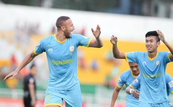 Khánh Hòa bất ngờ vượt lên dẫn trước trên sân Cần Thơ