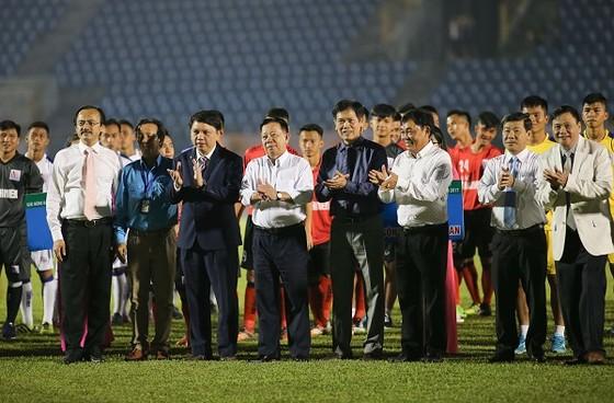 Lãnh đạo Tổng cục TDTT, VFF, VPF... cùng các đội bóng ở lễ khai mạc. Ảnh: DŨNG PHƯƠNG